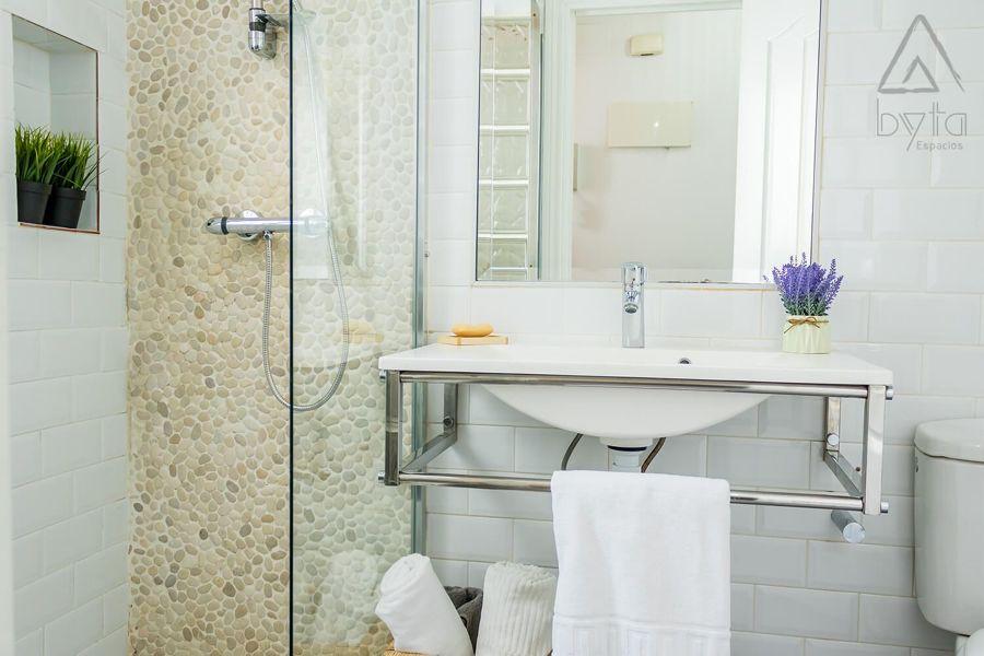piedra y azulejos en baño