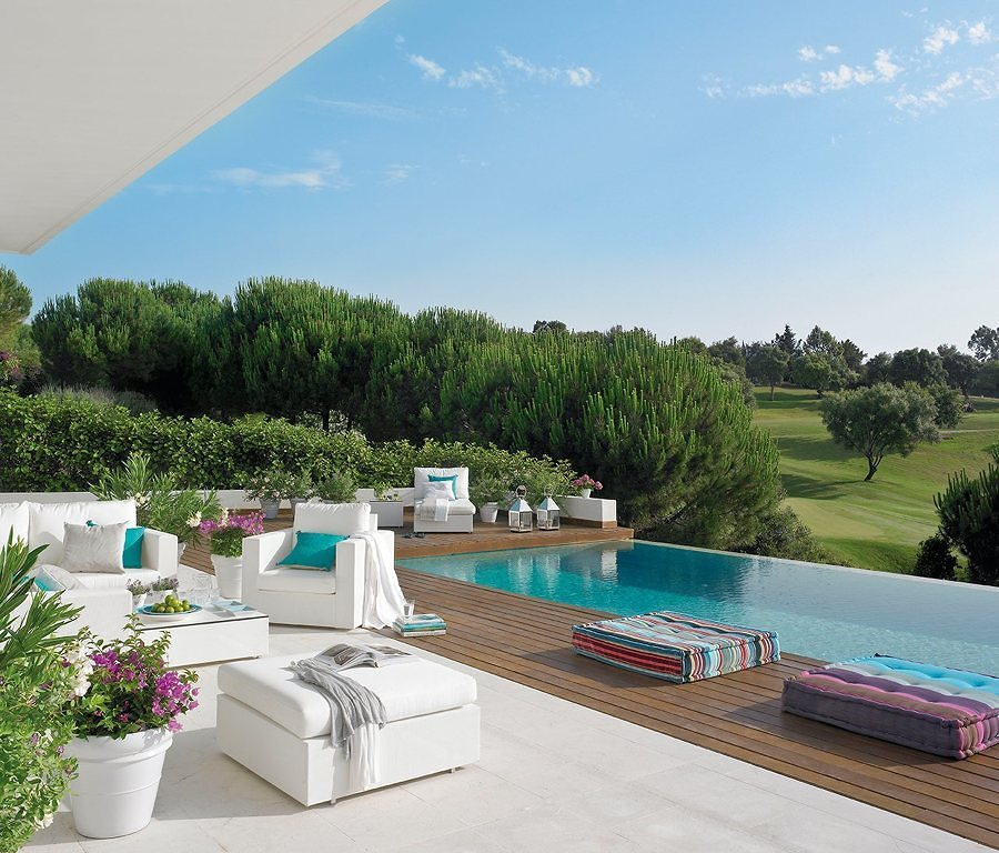 Piscina con zona chill out