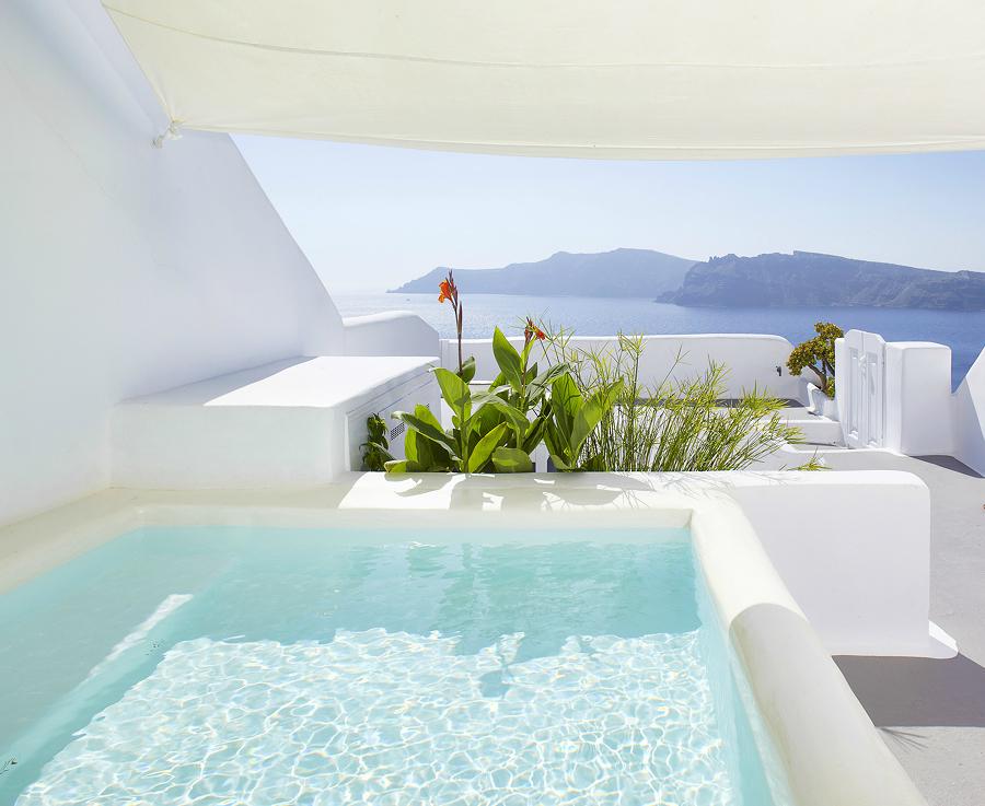 Hermosa piscina en entorno blanco