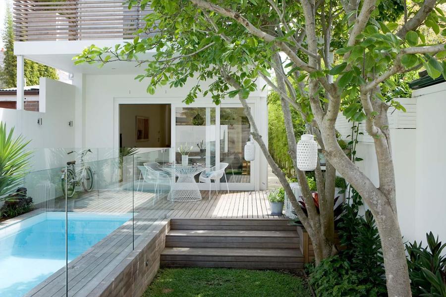piscina elevada en jardín