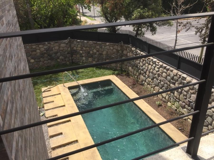 piscina y jardín desde el balcón