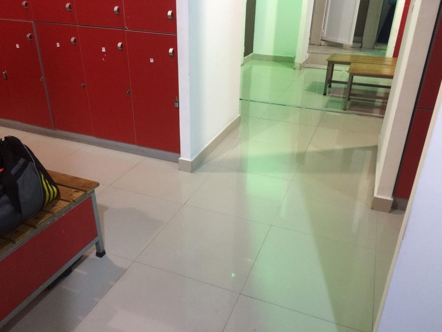 piso brillante y sanitizado