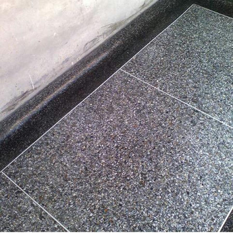 Foto piso gris gris con rodapie negro de independiente for Rodapie negro