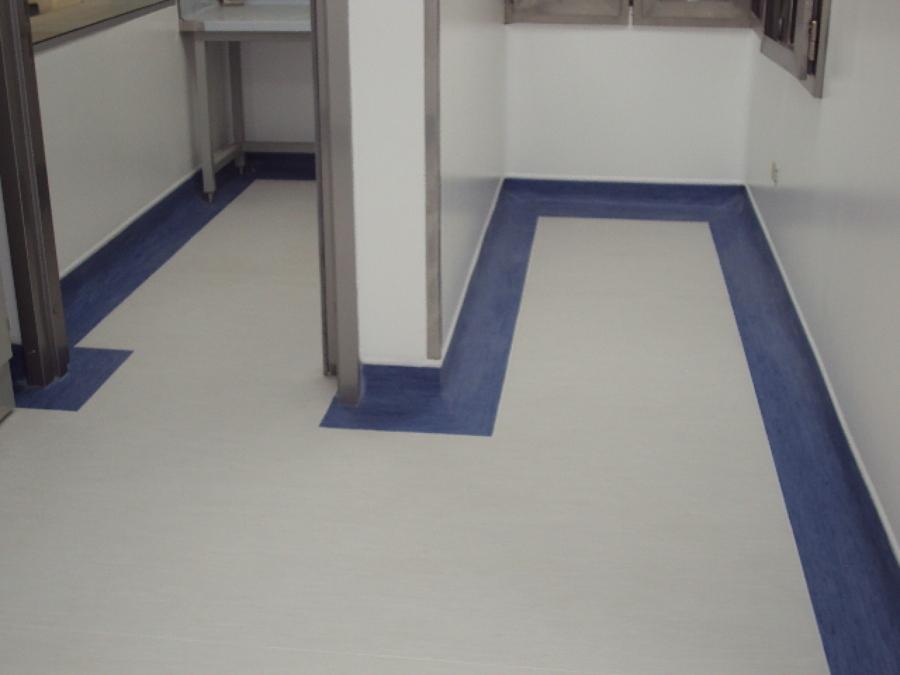 Foto piso vinilico en rollo con retorno con franja azul - Instalacion piso vinilico en rollo ...