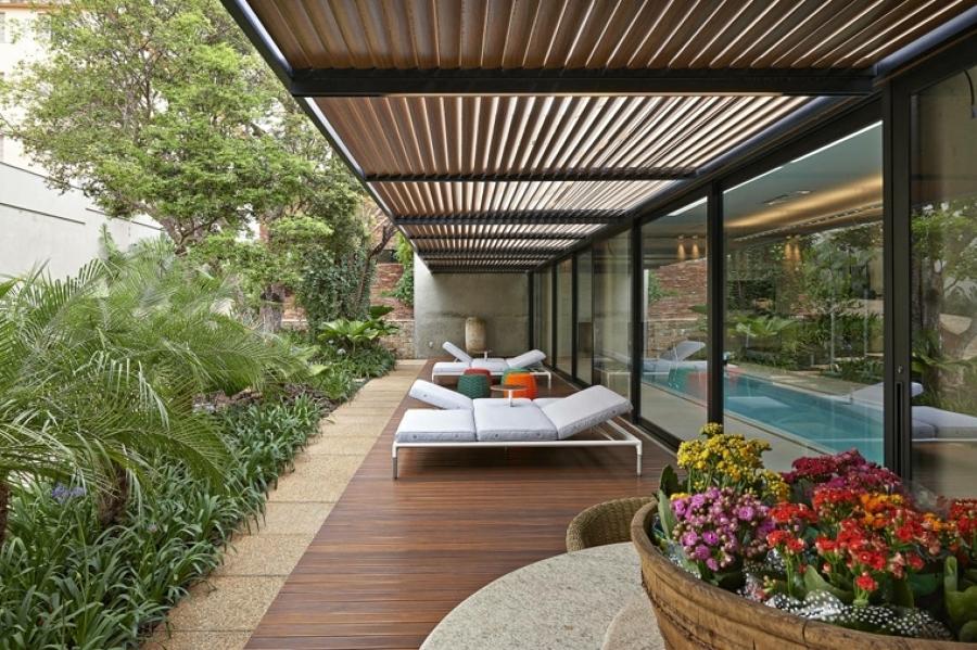 Patio delantero con jardín