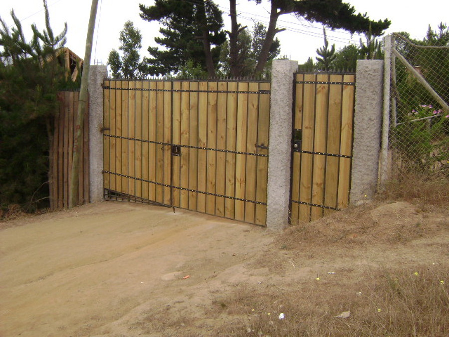 Portón de madera y fierro