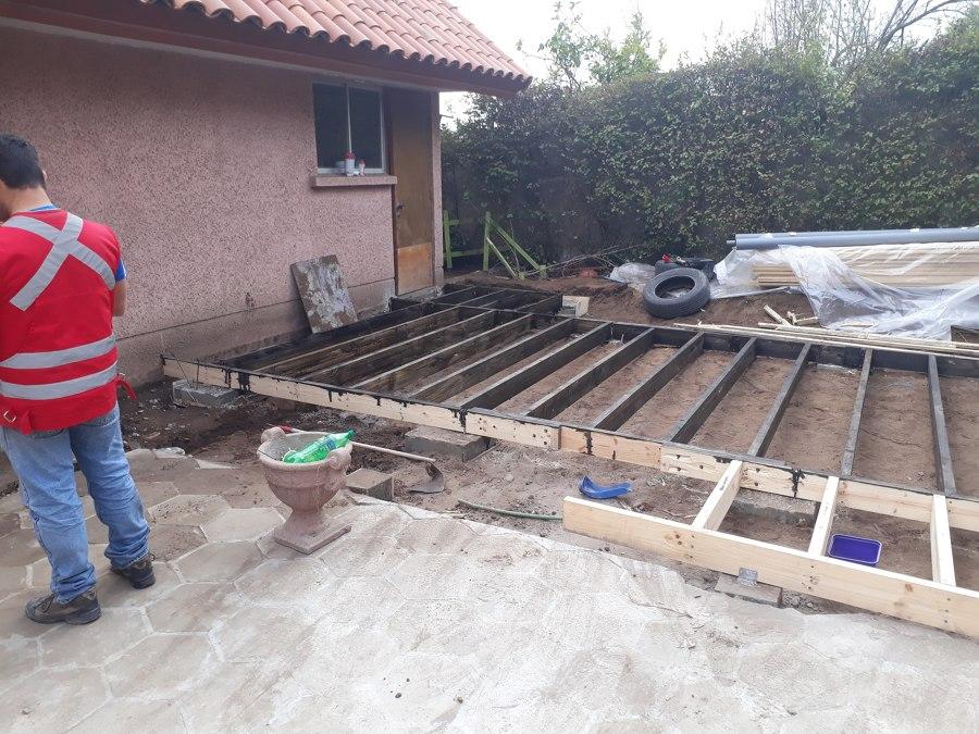 Proceso de Contruccion de el Deck de madera que sería el piso de la sala