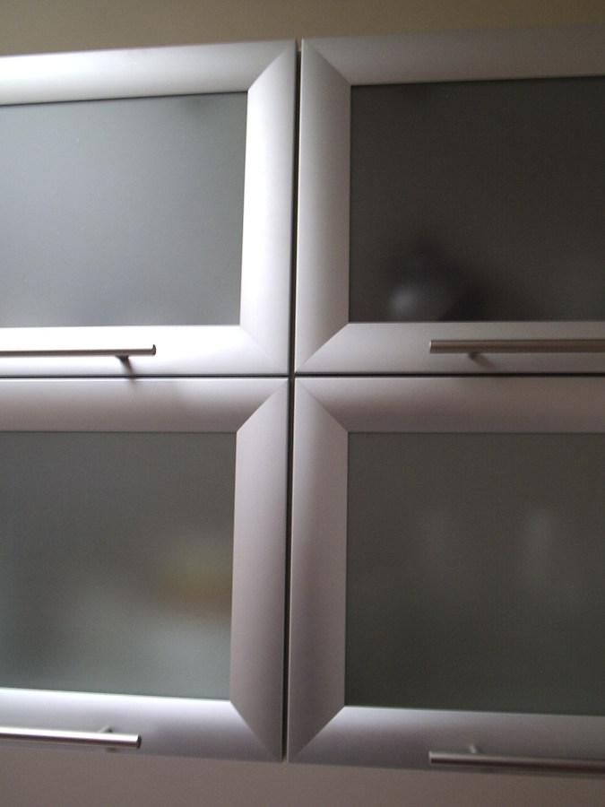 Foto puertas aluminio con vidrio empavonado de - Cocinas con puertas de cristal ...