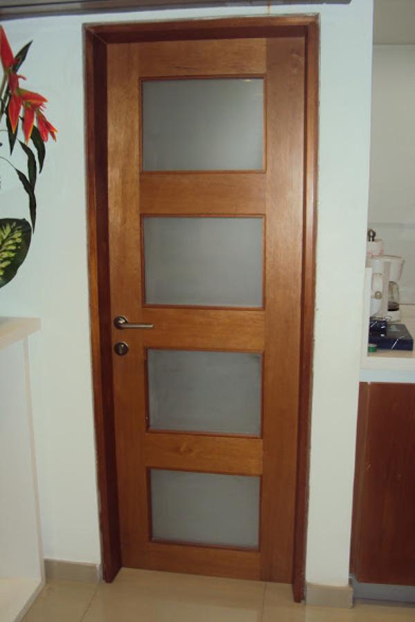 Foto puertas para ba o divisor trasl cido de trabajador for Puerta corrediza de madera para bano