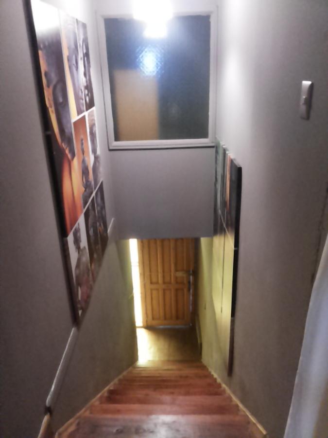 Pulido y vitrificado de escalera de madera nativa