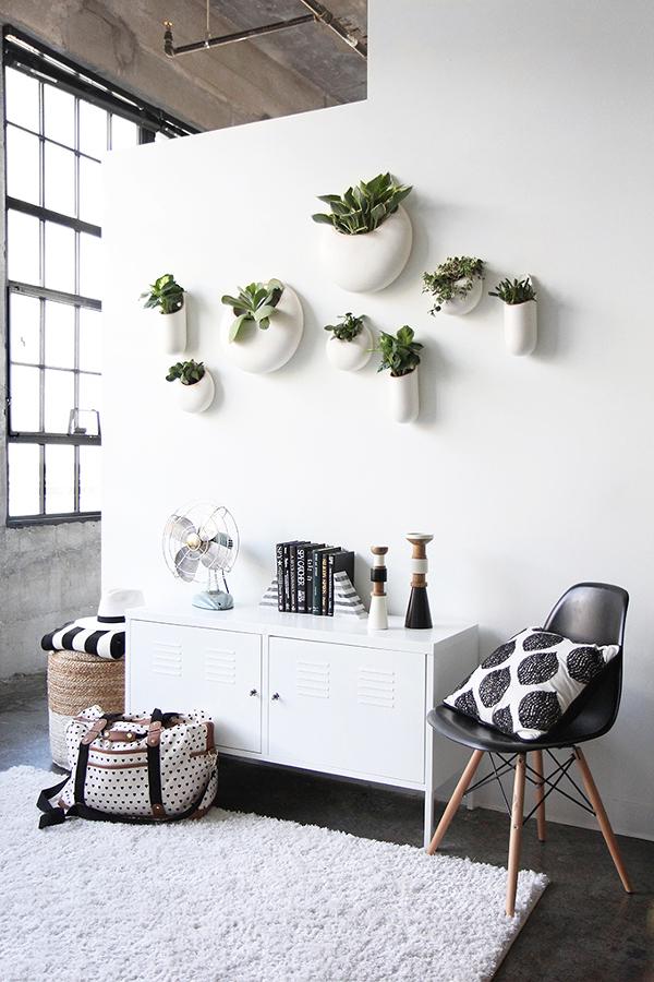 Recibidor con plantas en el muro