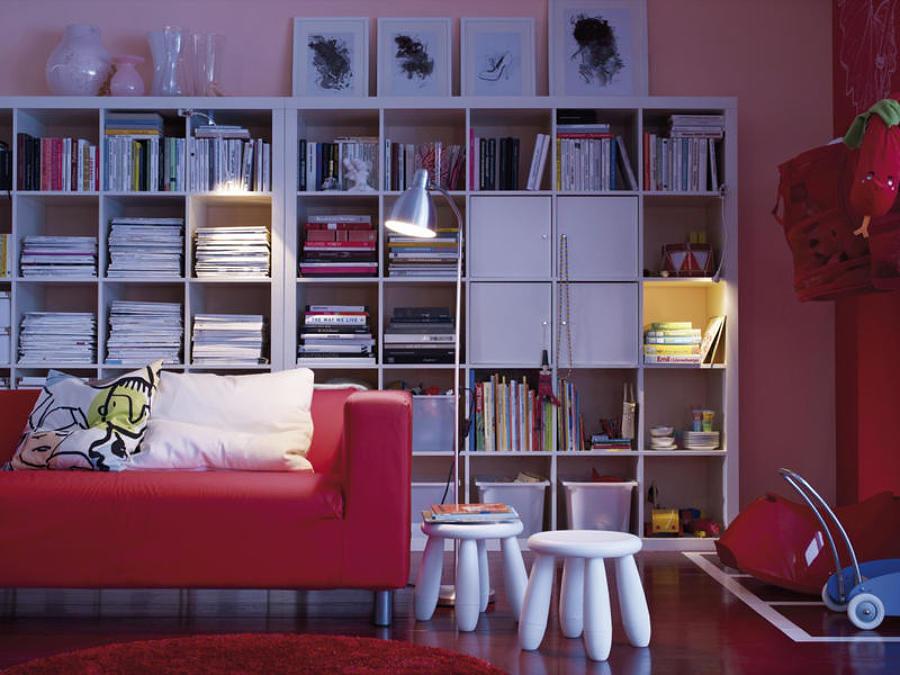 Living con estanterías