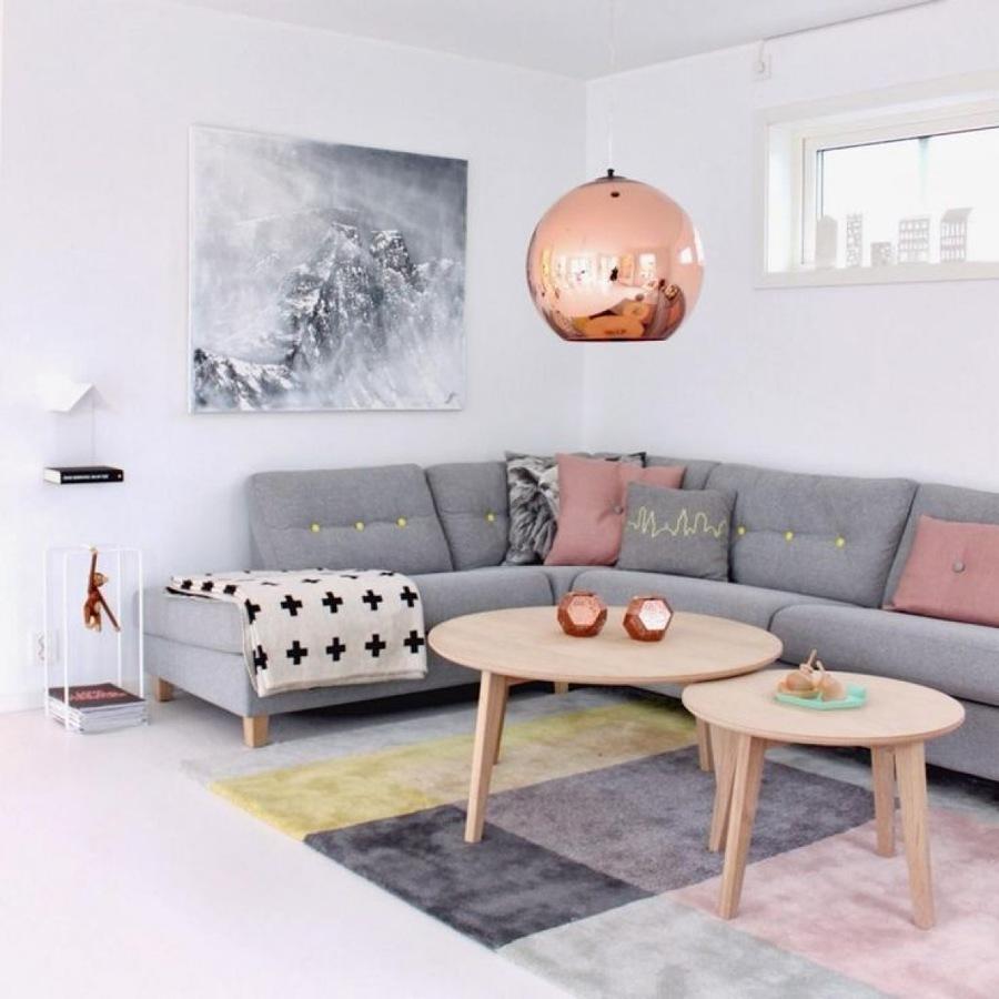 Living con lámpara de cobre