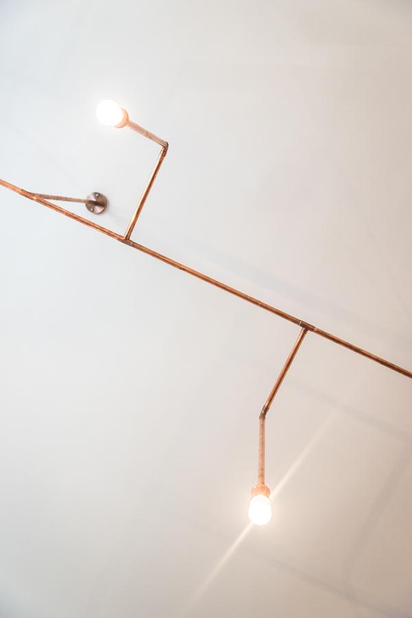 Living con lámparas de cobre