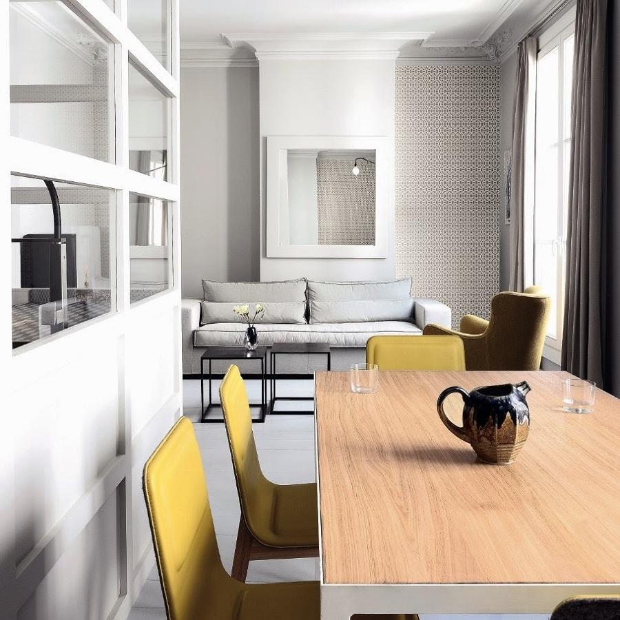 Living con sillas amarillas