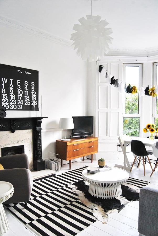 Living en blanco y negro con alfombra