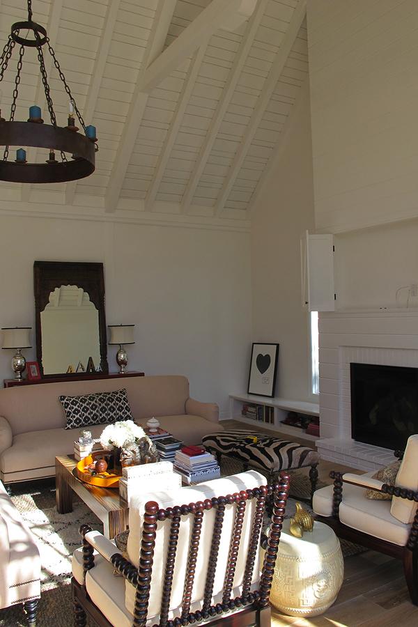 Living sin remodelar con viga en techo