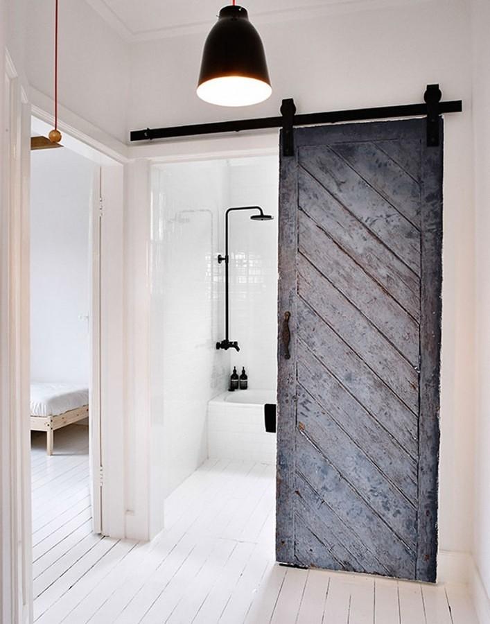 Puerta corredera rústica en baño