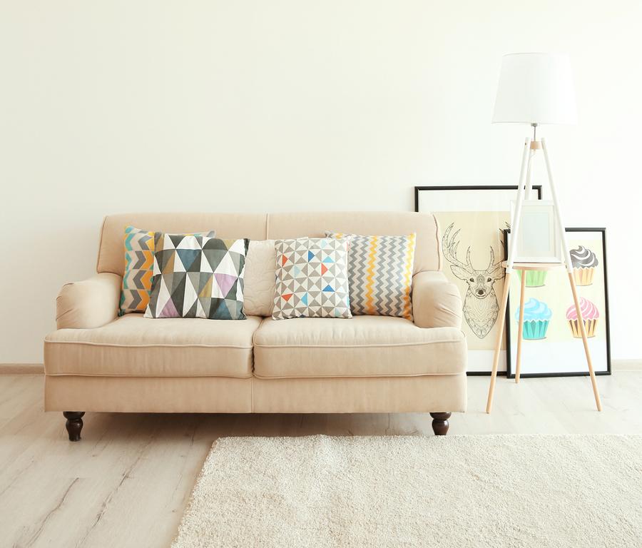 Sofá con cojines con estampado geométrico