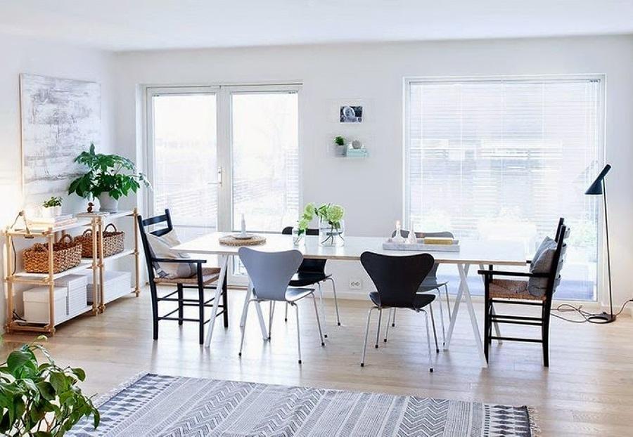 salón con tarima de madera