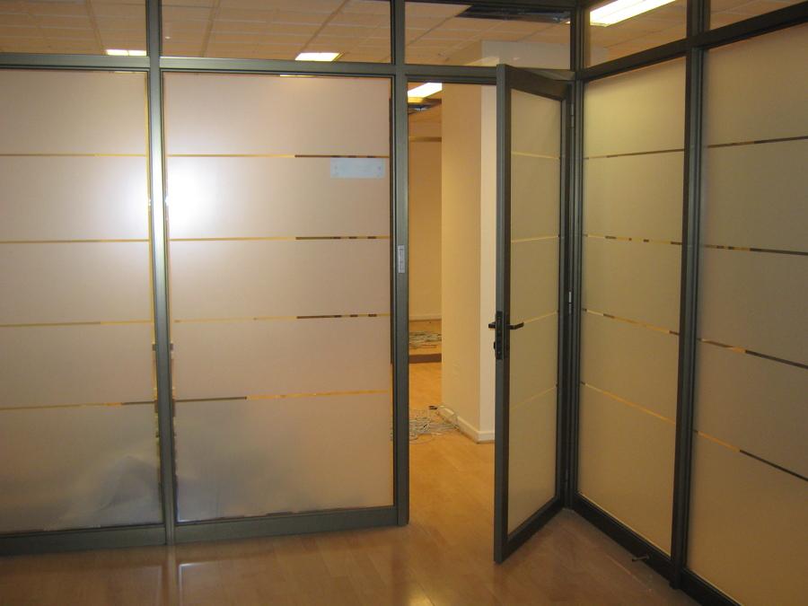 Tabiques vidriados para oficinas vitrinas comerciales for Cierres de aluminio para terrazas