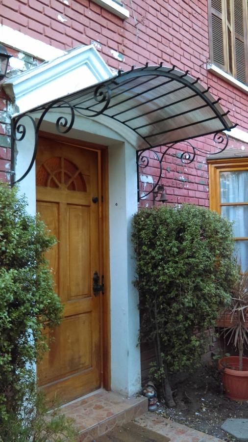 Alero de puerta principal ideas carpinteros for Tejados de madera para puertas