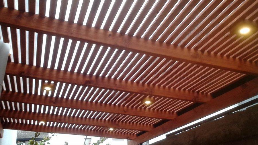 Techo terminado con apliques de madera y focos de bajo consumo embutidos