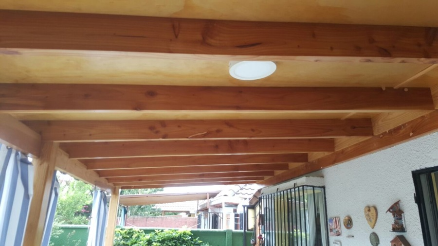 Terraza en madera con viga a la vista cuarto de servicio for Precios de cobertizos