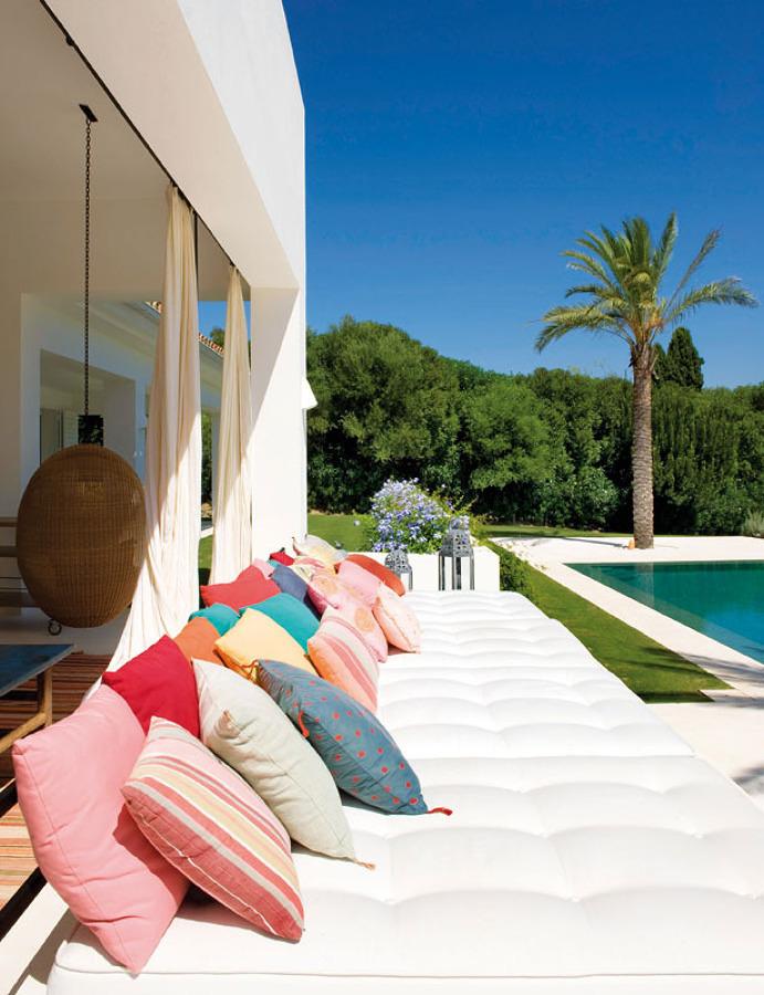 terraza con muchos cojines
