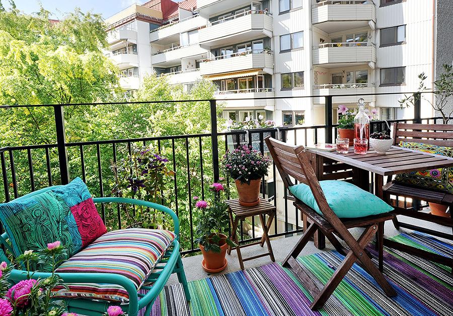 terraza con alfombra de colores