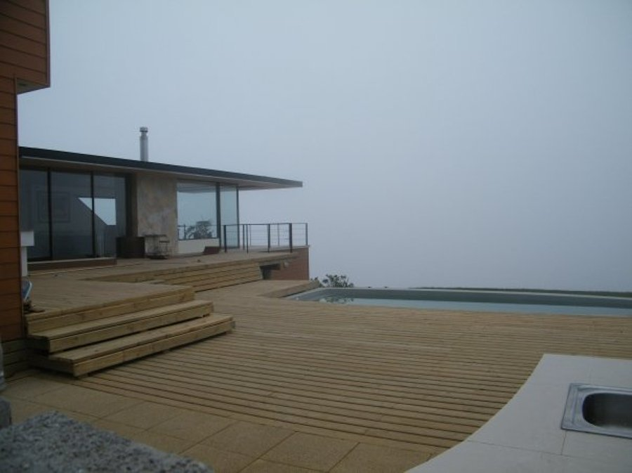 terraza de madera con piscina empotrada de fibra de vidrio