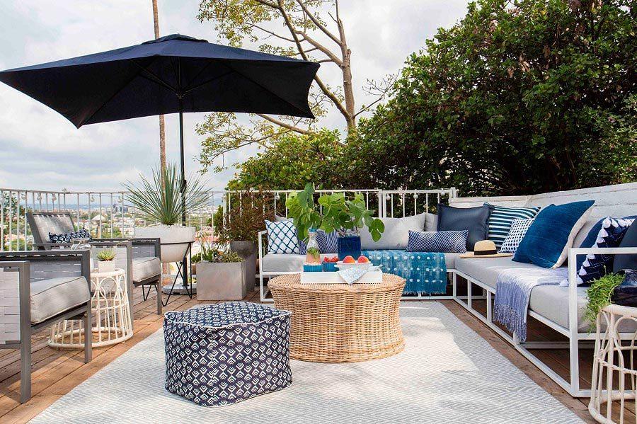 Textiles blancos y azules en terraza