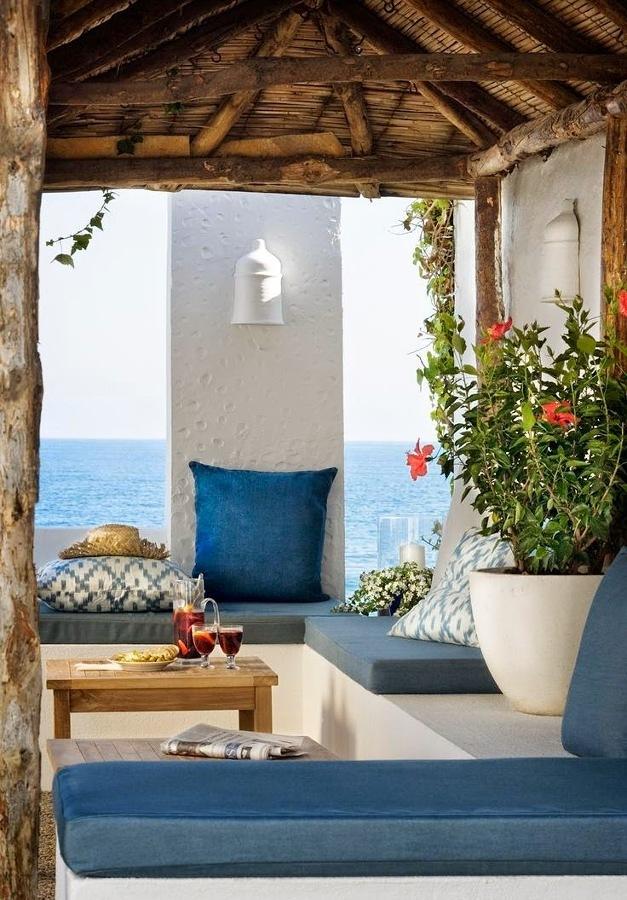 Terraza con tapicería azul