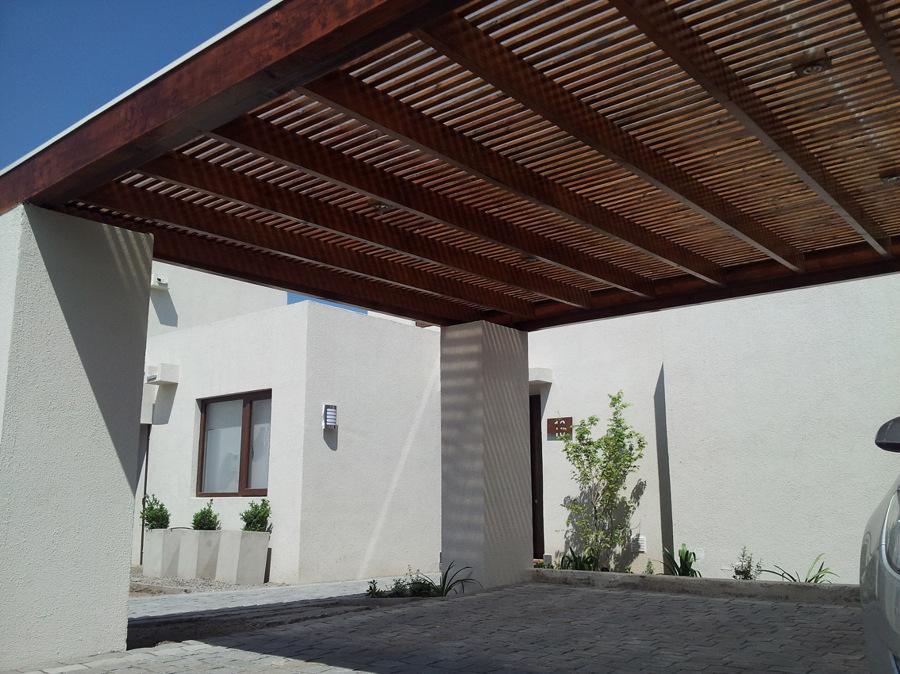Foto terraza quincho loggia estacionamiento for Modelos de techos metalicos para casas