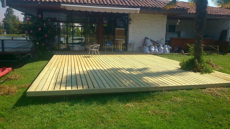 Terraza con madera tipo deck ideas pisos madera for Terrazas madera