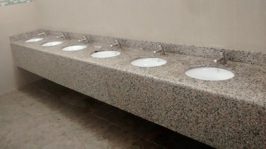 Foto vanitorio en granito uso publico de marmolesac for Tipos de encimeras de granito
