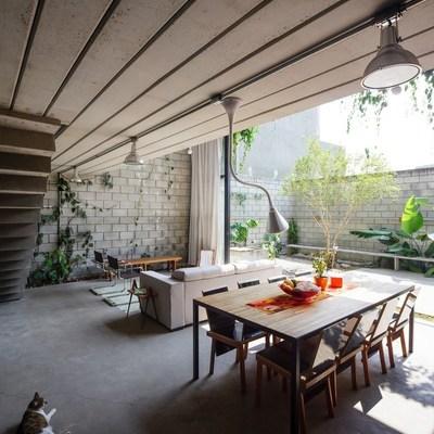 Una casa con esencia low cost y estilo tropical