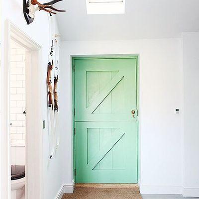 puerta pintada en verde