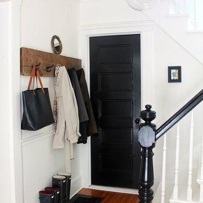 puerta pintada en negro