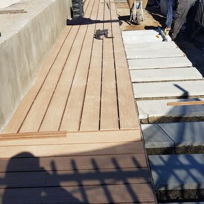 Asiento en Obra recubierto en Deck, radier base y mesones en hormigón para quincho, terraza Las Condes