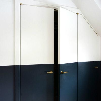 puerta pintada en negro y blanco