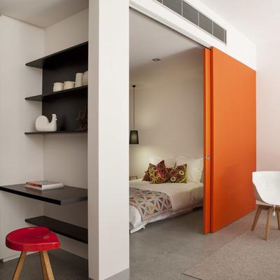 puerta pintada en naranja