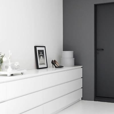 puerta pintada en gris