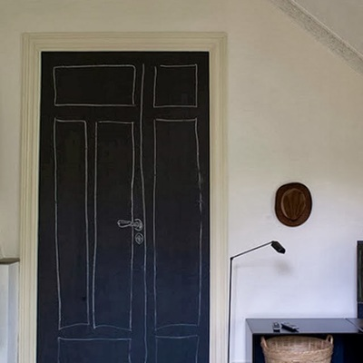 puerta pintada en pizarra