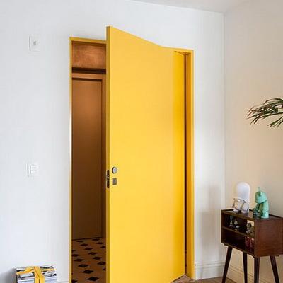 puerta pintada en amarillo
