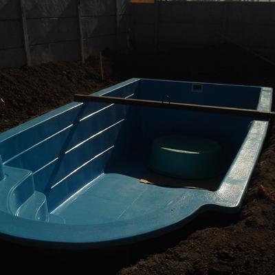 Instalación de piscina de fibra de vidrio.