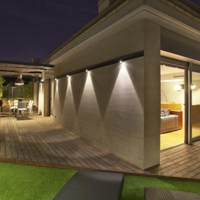 Ático illuminado con lámpara de techo