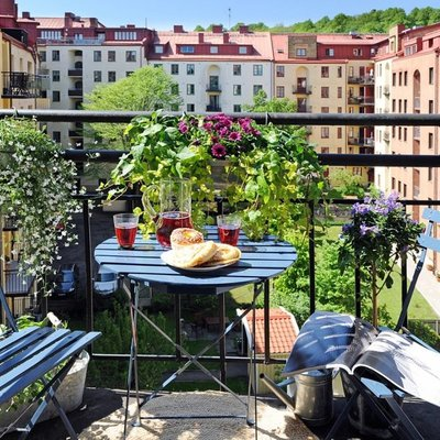 Balcón con flores y lindas vistas