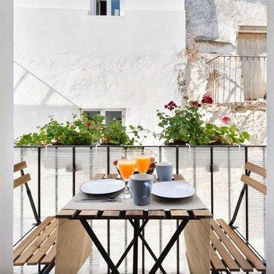 Balcón con mesa