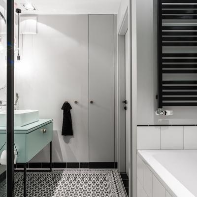 baño con armario empotrado